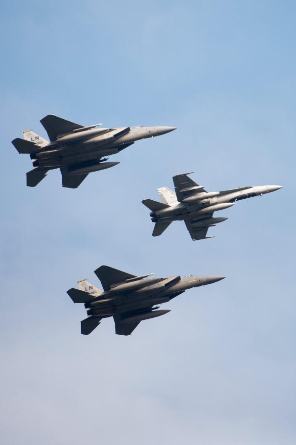 Kanadyjski CF-18 Hornet i dwa amerykańskie myśliwce F-15 przelatują nad Newport, gdzie odbywał sięszczyt NATO