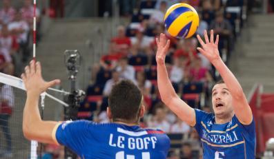 Francuzi Nicolas Le Goff (L) i Benjamin Toniutti w meczu z Serbią w grupie E mistrzostw świata siatkarzy w Łodzi