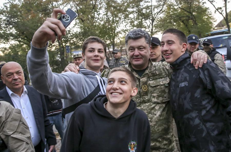 Prezydent Petro Poroszenko wśród żołnierzy niedaleko miasta Kurachowe na wschodzie Ukrainy