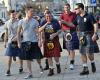 Najazd Szkotów na Warszawę. Kibice w tradycyjnych kiltach spacerują po stolicy