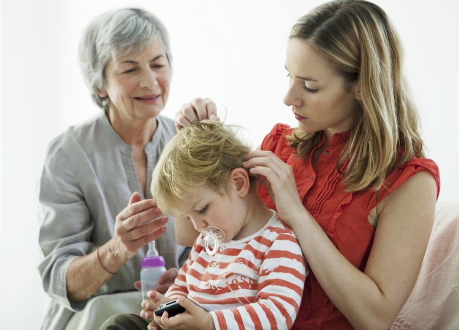 Matka i babcia z dzieckiem