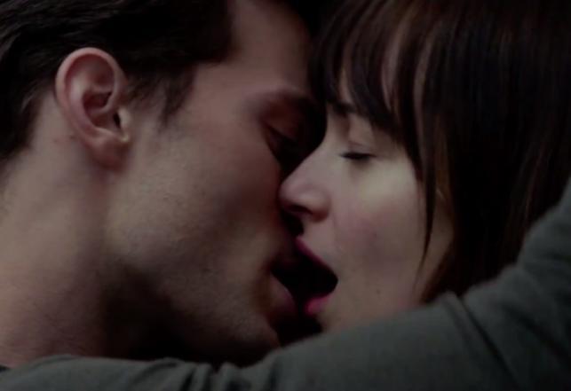 """Jamie Dornan i Dakota Johnson w filmie """"Pięćdziesiąt twarzy Greya"""""""