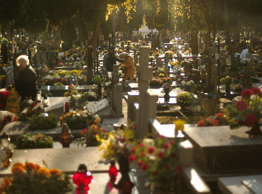 Polacy odwiedzają groby swych bliskich
