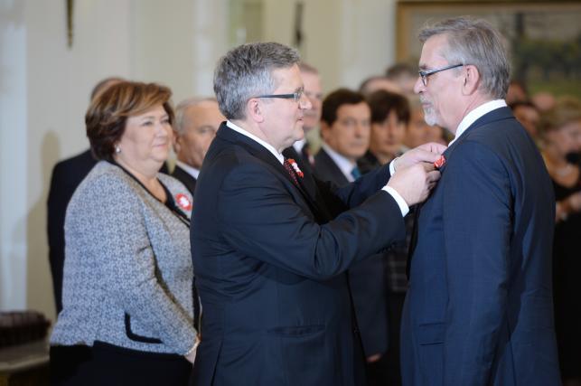 Prezydent Bronisław Komorowski odznacza Krzyżem Oficerskim Orderu Odrodzenia Polski Jacka Żakowskiego