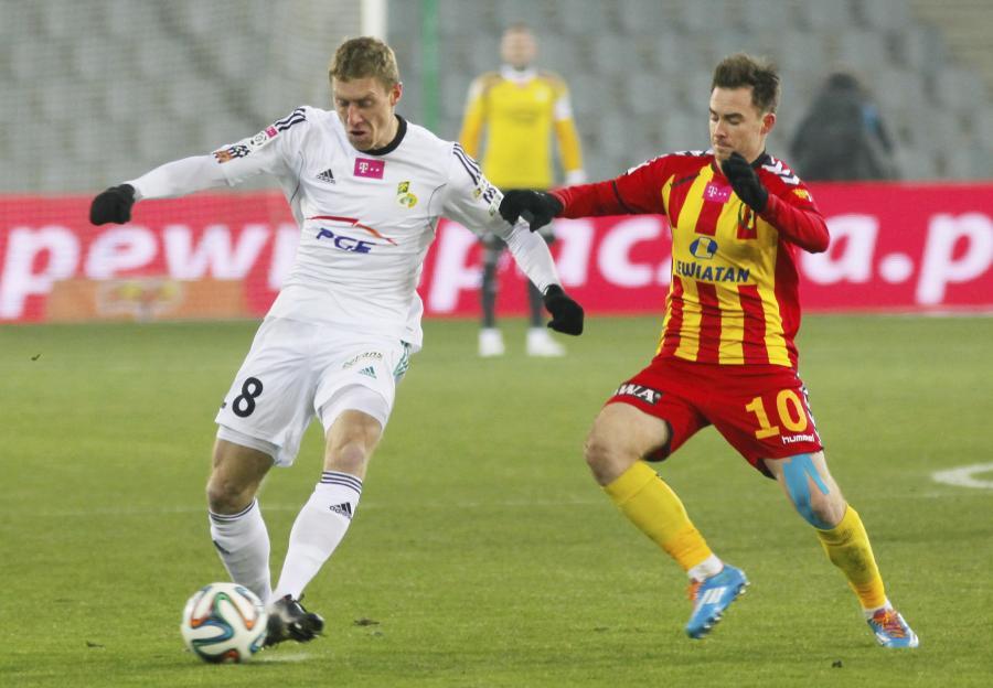 Będący przy piłce Bartosz Ślusarski (L) z GKS Bełchatów atakowany przez Michała Janotę (P) z miejscowej Korony w meczu T-Mobile Ekstraklasy
