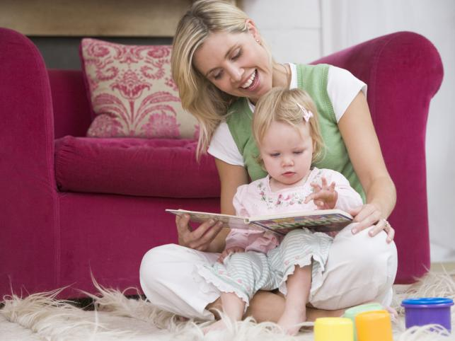 Мама и малыш, читая книгу - Стоковое фото serrnovik #1095738…