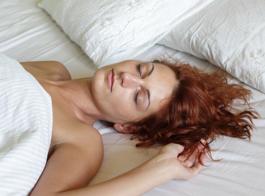 2. Unikaj spania na plecach