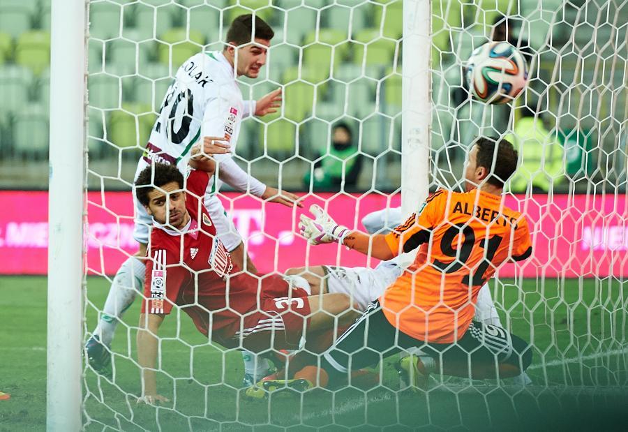 Piłkarz Lechii Gdańsk Piotr Wiśniewski (za tylnym słupkiem) w asyście Antonio Colaka (L) strzela drugą bramkę bramkarzowi Alberto Cifuentesowi (P) z Piasta Gliwice