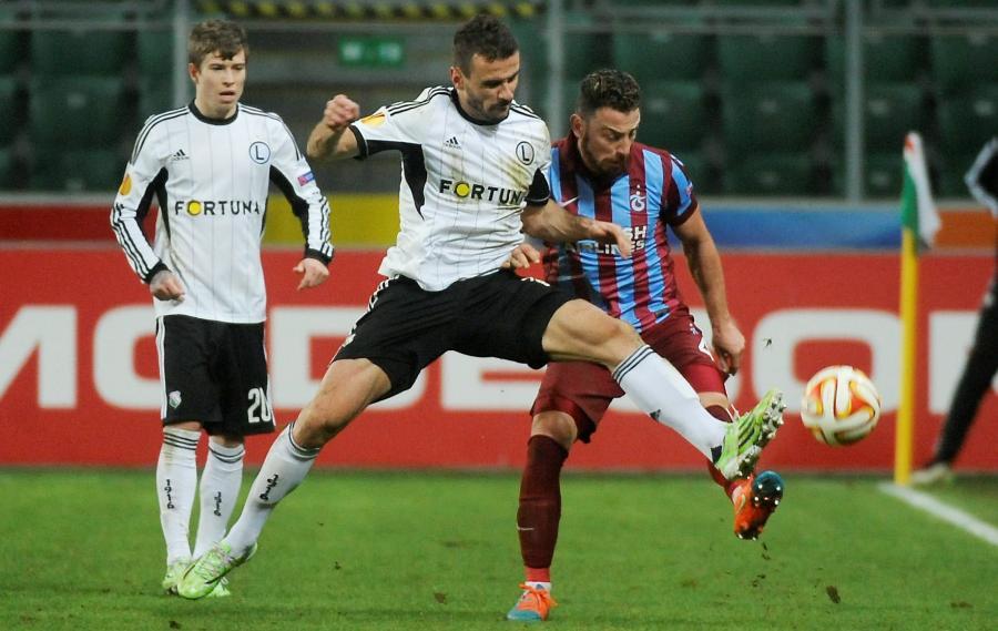 W pojedynku o piłkę Orlando Sa (C) ze stołecznej Legii i Aykut Demir (P) z Trabzonsporu
