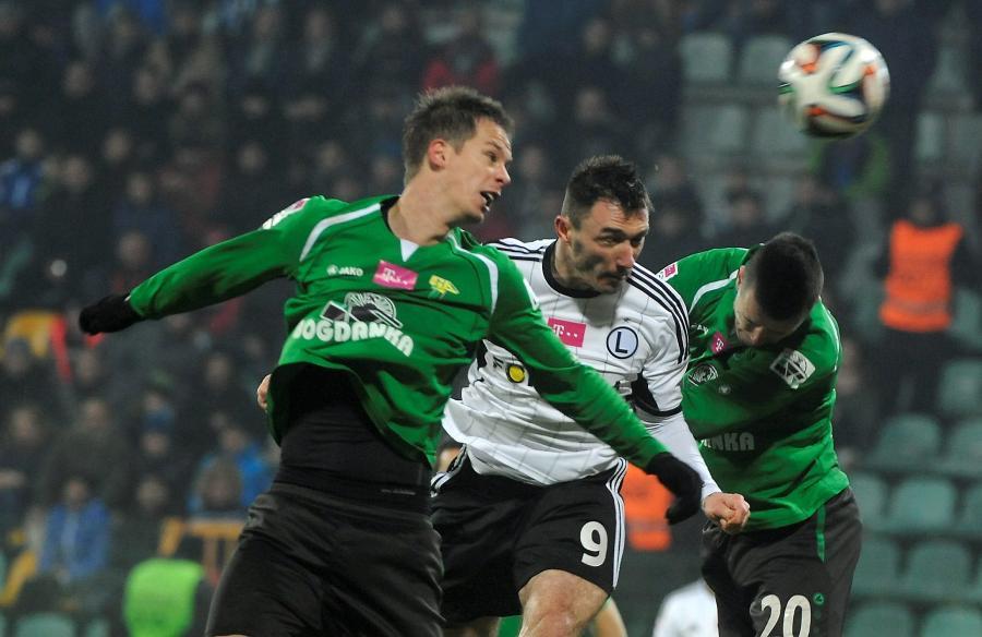 Zawodnik Legii Warszawa Marek Saganowski (C) walczy o piłkę z Patrikiem Mrazem (L) i Lukasem Bielakiem (P) z Górnika Łęczna