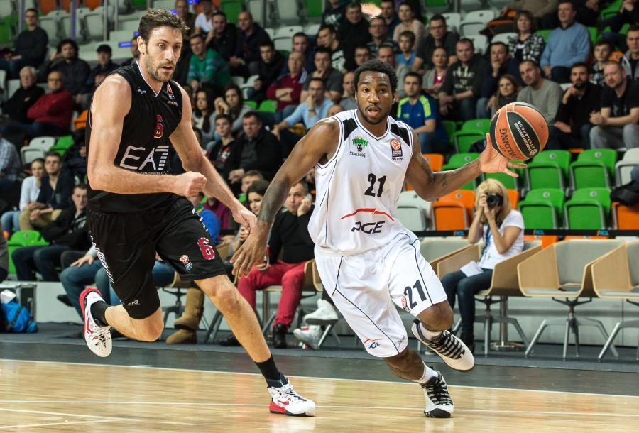 Koszykarz PGE Turów Zgorzelec Tony Taylor (P) mija Angelo Gigliego (L) z EA7 Armani Mediolan podczas meczu grupy C Euroligi