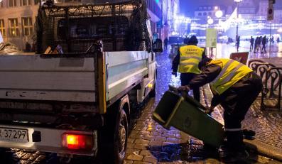 Sprzątanie po zabawie sylwestrowej na wrocławskim Rynku