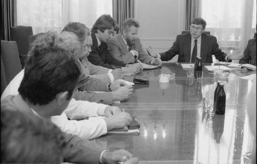 Leszek Balcerowicz z przedstawicielami Niezależnego Samorządnego Związku Zawodowego Rolników Indywidualnych, 26.06.1990