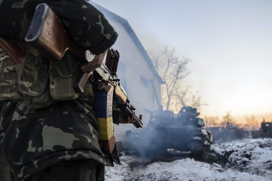 Ukraiński żołnierz i czołg niedaleko wsi Peski na wschodzie Ukrainy