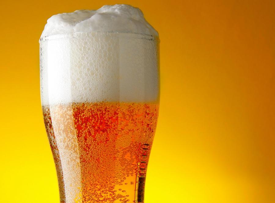 Pijemy mniej piwa, jemy więcej chipsów