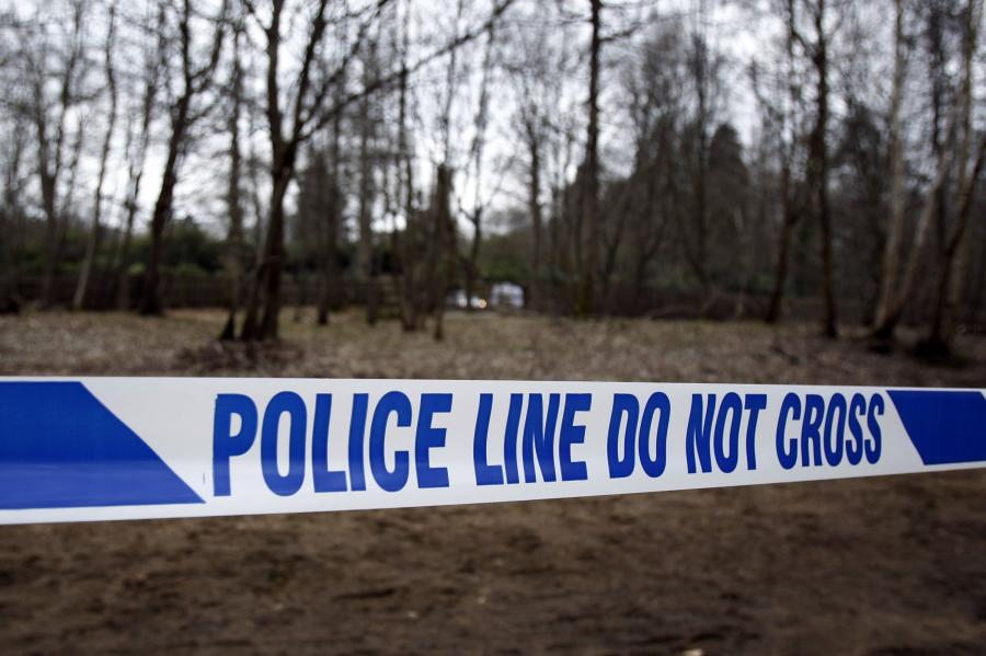 Taśma policyjna odgradza posiadłość Borysa Bieriezowskiego, gdzie znaleziono ciało biznesmena