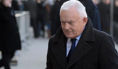 Leszek Miller zmierza na uroczystości pogrzebowe Józefa Oleksego