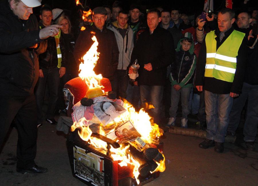 Przed bramą kopalni Sośnica-Makoszowy spalono kukłę z podobizną premier Ewy Kopacz