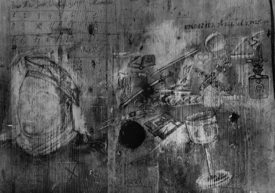 Rysunki, jakie na na drzwiach celi nr 21 w Bloku Śmierci wykonał ppor. Stefan Jasieński (fot. archiwum Adama Cyry)
