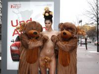 Niemiecka gwiazda pozuje w towarzystwie niedźwiedzi...