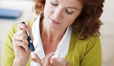 Kobieta bada się glukometrem