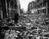 Ul. Sienkiewicza, widok w kierunku zachodnim: po prawej kamienica Harczyka, za nią wylot ul. Jasnej i gmach Filharmonii, 1945. (Fot. zbiory Krystyny Rasevi/AHM)