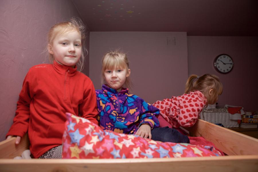 Nina, Maja i Hania na nowym łóżku piętrowym