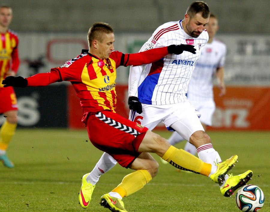 Zawodnik Górnika Zabrze Radosław Sobolewski (P) walczy o piłkę z Vlastimirem Jovanovićem (L) z Korony Kielce podczas meczu piłkarskiej T-Mobile Ekstraklasy