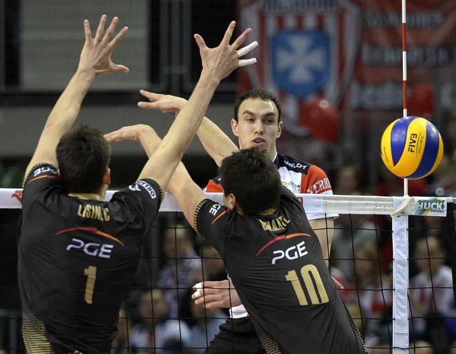 Piłkę zbija atakujący po drugiej stronie siatki Marko Ivovic z miejscowej Asseco Resovii, blokują Srecko Lsiniac (L) i Nicolas Uriarte (P) z PGE Skra Bełchatów w meczu ekstraklasy siatkarzy