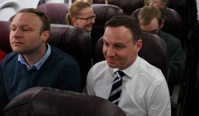 Kandydat PiS na prezydenta RP - Andrzej Duda i rzecznik prasowy PiS Marcin Mastalerek na pokładzie samolotu z Warszawy do Londynu