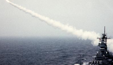 Amerykański pancernik USS Missouri odpala rakietę Tomahawk