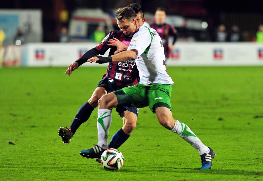 Będący przy piłce Jakub Wawrzyniak (P) z Lechii Gdańsk atakowany przez Takafumiego Akahoshiego (L) z miejscowej Pogoni w meczu T-Mobile Ekstraklasy