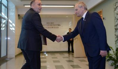 Szef BBN Stanisław Koziej  wita ministra spraw zagranicznych Grzegorza Schetynę