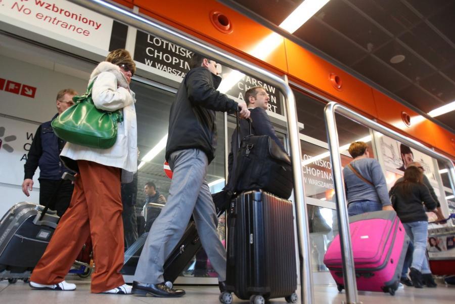 Turyści wracający z Tunezji, na warszawskim lotnisku Okęcie