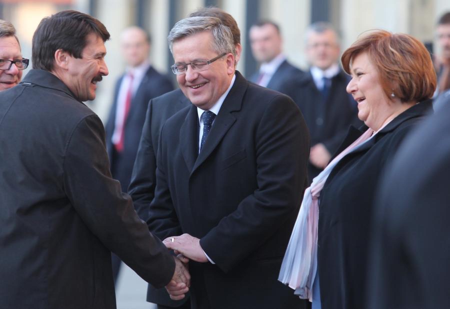 Prezydent Bronisław Komorowski z żoną Anną oraz prezydent Węgier Janos Ader