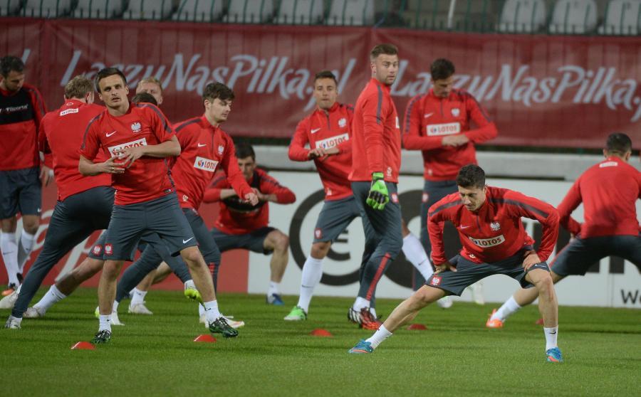 Robert Lewandowski (P), Sławomir Peszko (L), Artur Boruc (C) podczas treningu piłkarskiej reprezentacji Polski w Warszawie
