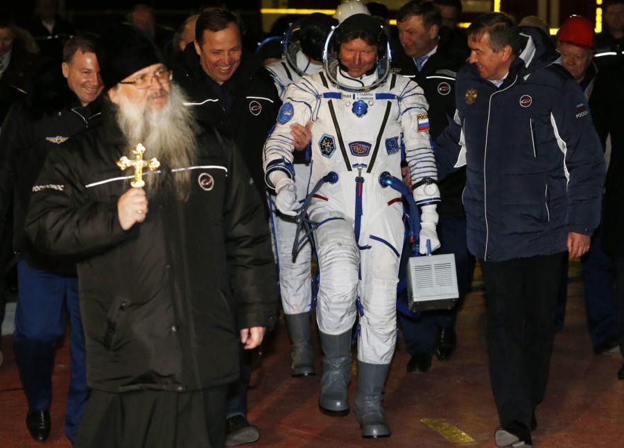 Astronauci w drodze do kapsuły Sojuz