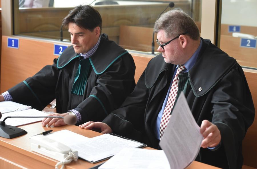 Obrońcy Jerzy Stachowicz i Jan Olszewski, podczas drugiego posiedzenia w sprawie wniosku o ekstradycję reżysera Romana Polańskiego do USA