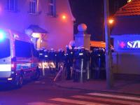 14 policjantów rannych. Nocna bitwa przed szpitalem, w którym zmarł kibic. ZDJĘCIA