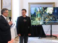 """Komorowski dostał nowego """"Wiedźmina"""". Twierdzi, że zagra w czasie ciszy wyborczej"""
