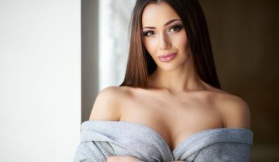 Kobieta z pięknym biustem