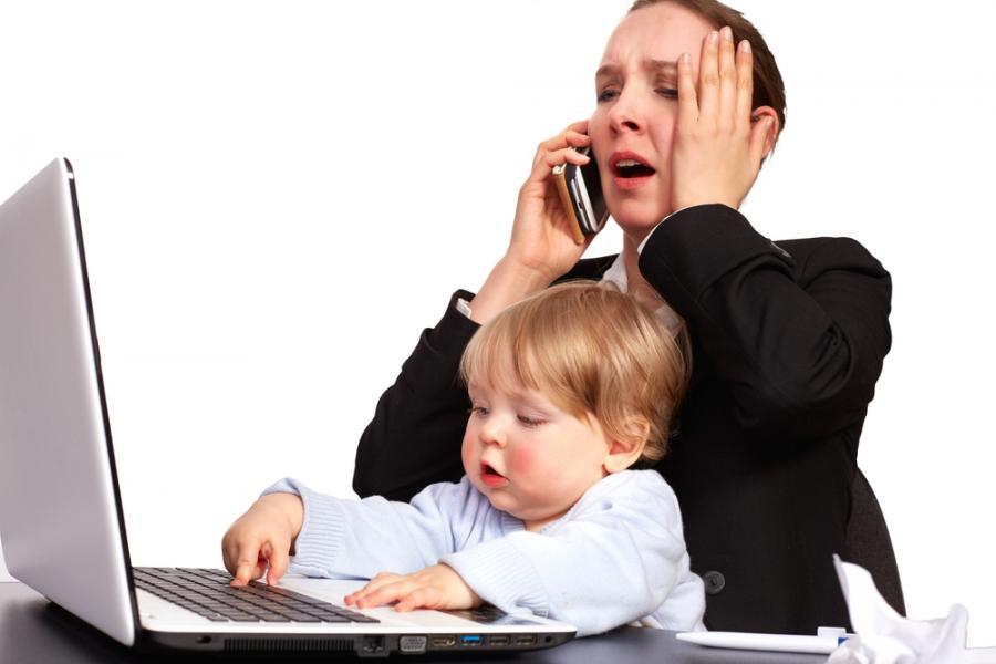 Kobieta z dzieckiem przy komputerze
