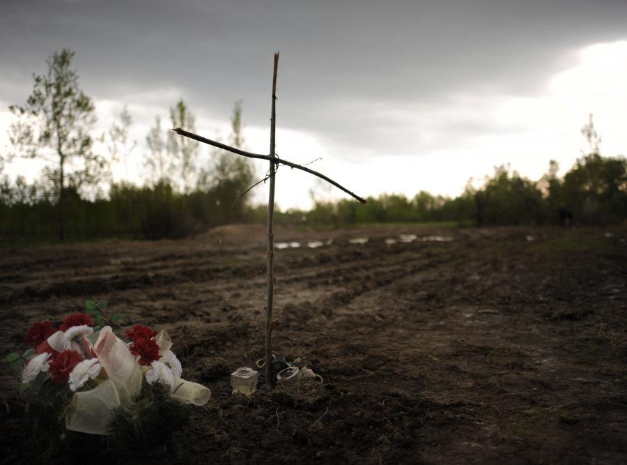 Prosty krzyż na miejscu katastrofy smoleńskiej, zdjęcie z 9 maja 2010 roku