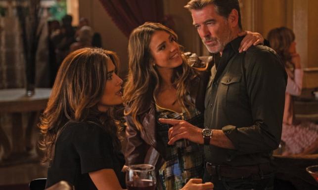Pierce Brosnan rozdarty między Salmą Hayek i Jessicą Albą