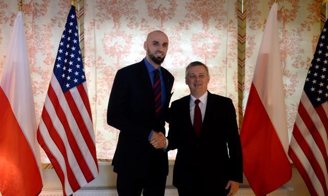 Marcin Gortat w rezydencji ambasadora USA odebrał zaszczytną nagrodę. ZDJĘCIA