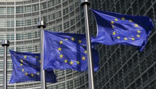 Flagi Unii Europejskiej przed siedzibą Komisji Europejskiej w Brukseli