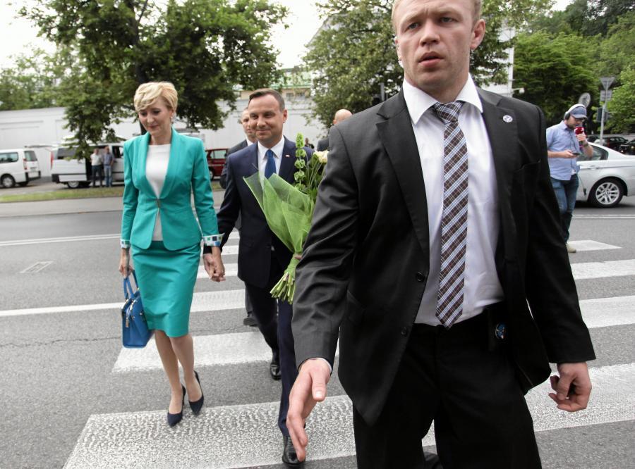 Prezydent-elekt Andrzej Duda z żoną Agatą w drodze na spotkanie z prezydentem Bronisławem Komorowski i jego żoną Anną