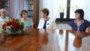 Beata Szydło z rodziną repatriantów z Kazachstanu
