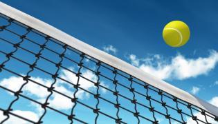 Piłka tenisowa nad siatką