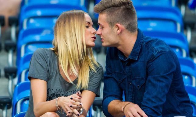 Tak całuje Karol Linetty. Piłkarz Lecha zabrał swoją dziewczynę na mecz. ZDJĘCIA